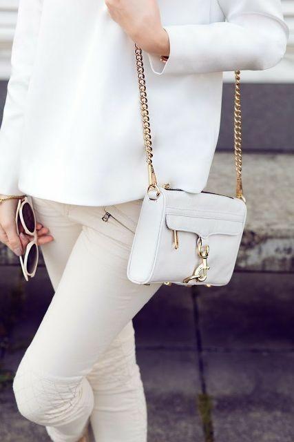белая сумочка через плечо на золотой цепочке