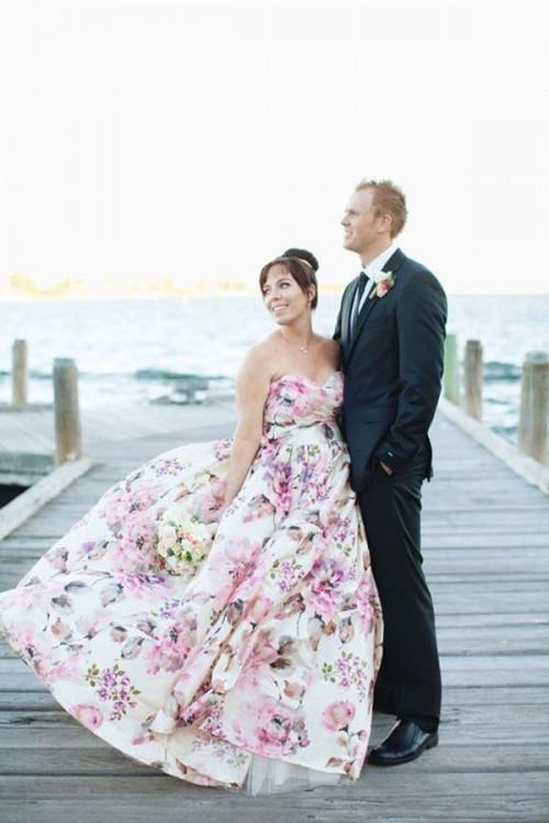 белое свадебное платье с цветами