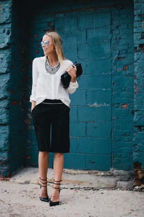 белые бриджи с шелковой рубашкой