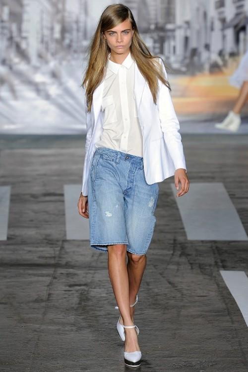 джинсовые бриджи с белым пиджаком