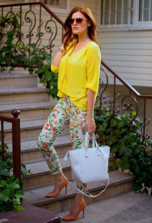 брюки с цветочным принтом с желтой блузкой