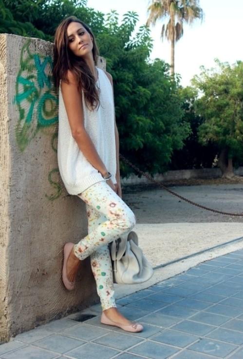 белые брюки с цветочным принтом с длинной майкой