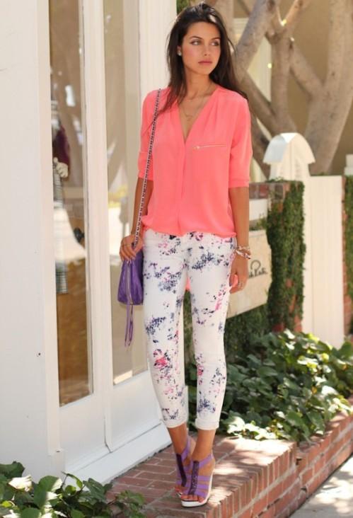 белые брюки с цветочным принтом с розовой блузкой