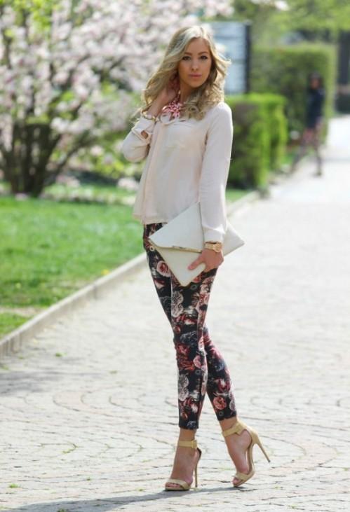 bтемные брюки с цветочным принтом с однотонной блузкой