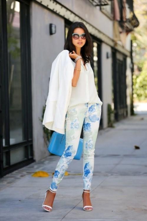 белые брюки с голубым цветочным принтом