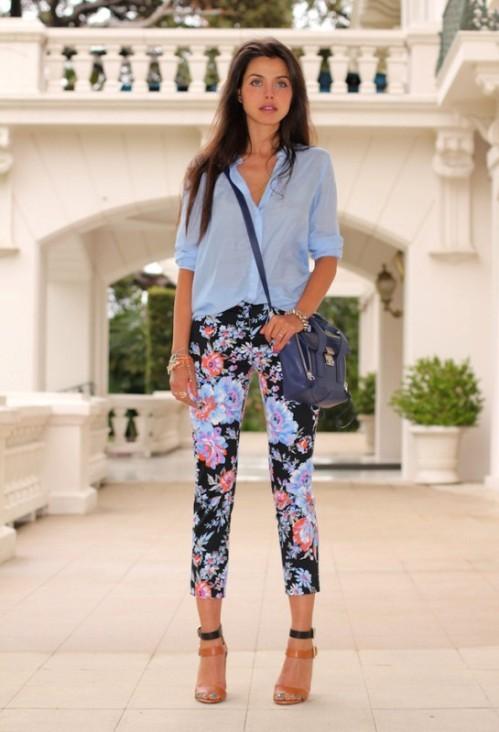 черные брюки с цветочным принтом с голубой рубашкой