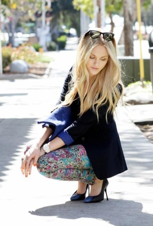 брюки с цветочным принтом с черным пиджаком