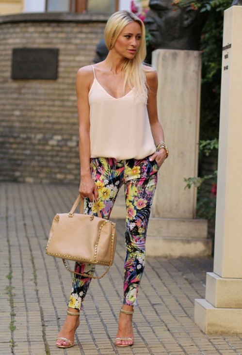 яркие брюки с цветочным принтом с шелковым топом