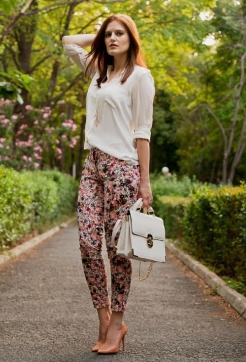 брюки с цветочным принтом с кремовой блузкой