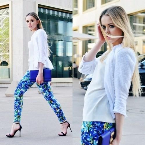 голубые брюки с цветочным принтом