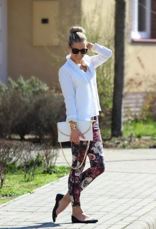 брюки с цветочным принтом и белым коротким пиджаком