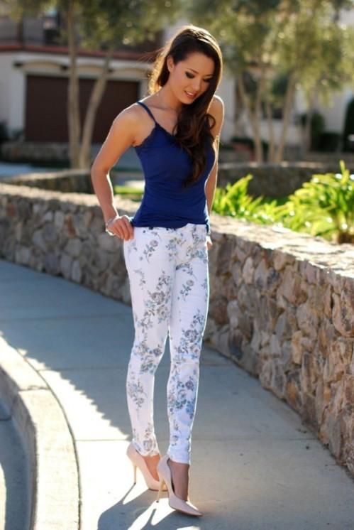 брюки с цветочным принтом с синем топом