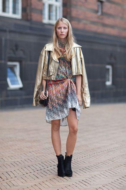 золотая кожаная куртка с летним платьем