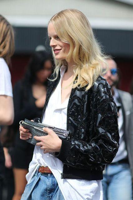 кожаная куртка с широкими джинсами