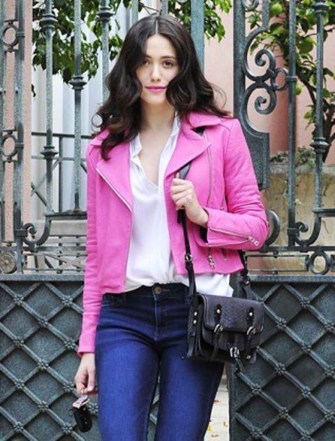 розовая кожаная куртка с джинсами и рубашкой