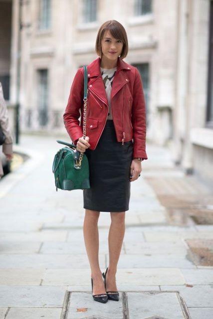 красная кожаная куртка с черной юбкой