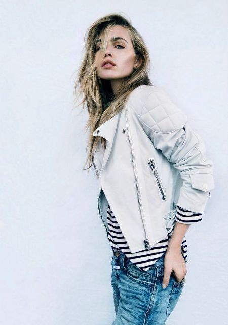 белая кожаная куртка с джинсами