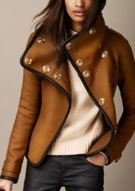 коричневая куртка с черными кожаными брюками
