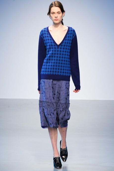 свитер с большим V образным вырезом