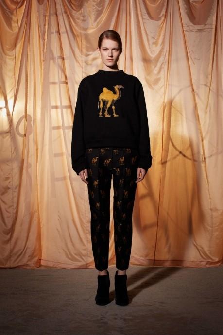 модный женский свитер с аппликацией