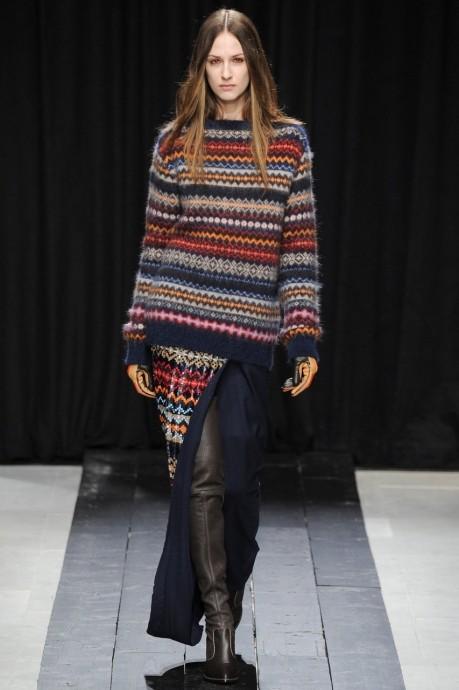 объемный расписной свитер