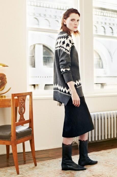 серый модный свитер