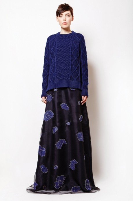синий свитер косами