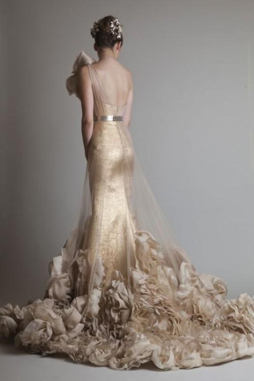 золотое свадебное платье с юбкой в цветы