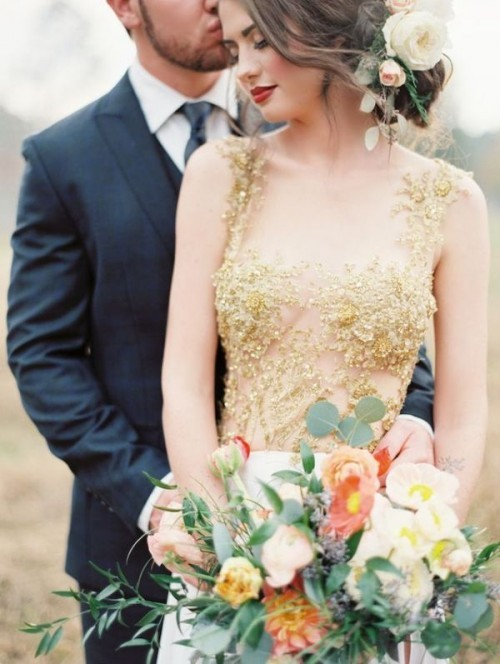 полупрозрачное золотое свадебное платье