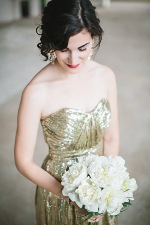 декольтированное золотое свадебное платье