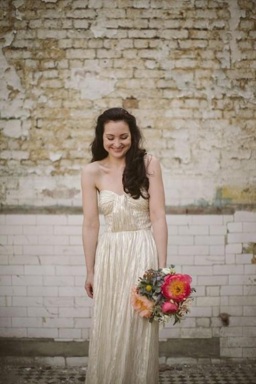 золотое свадебное платье с глубоким декольте