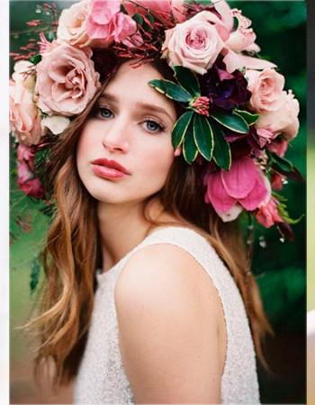 Свадебная прическа с цветком: 30 фото для вдохновения