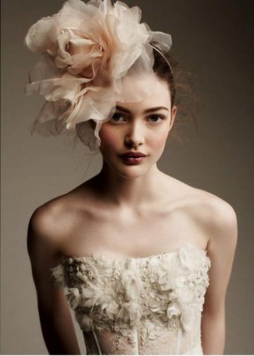 Свадебная прическа с цветком фото 13