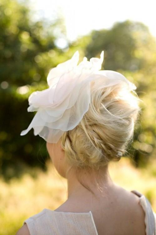 Свадебная прическа с цветком фото 16
