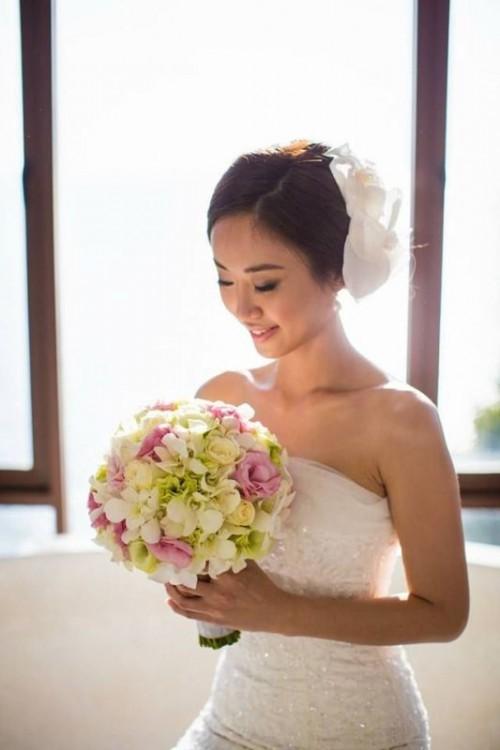 Свадебная прическа с цветком фото 9