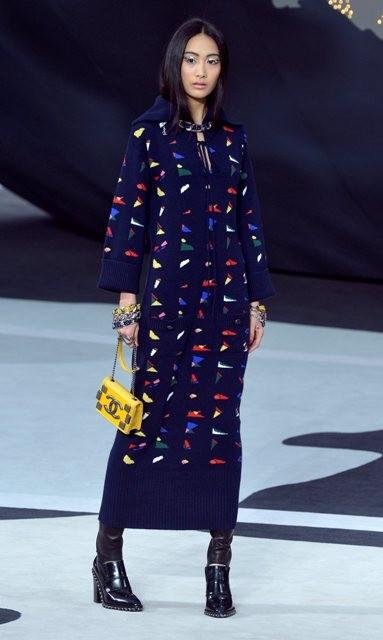 длинное синее пальто Chanel