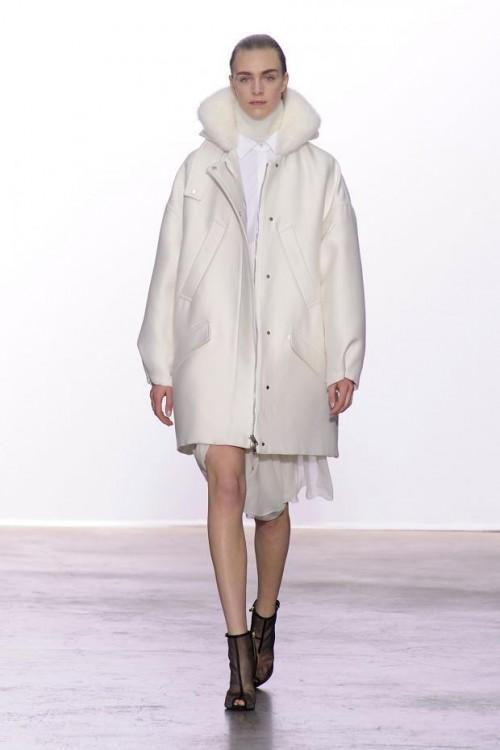 белое короткое пальто Giambattista Valli
