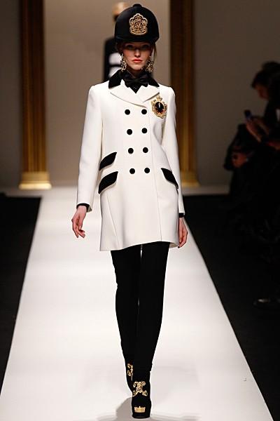 белое пальто Moschino