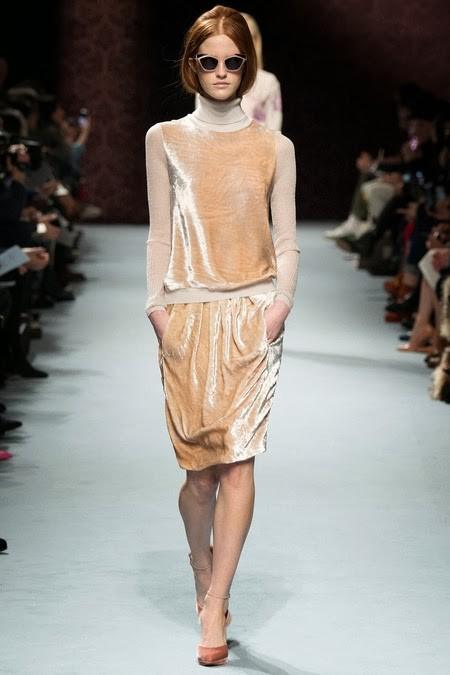 бежевое бархатное платье