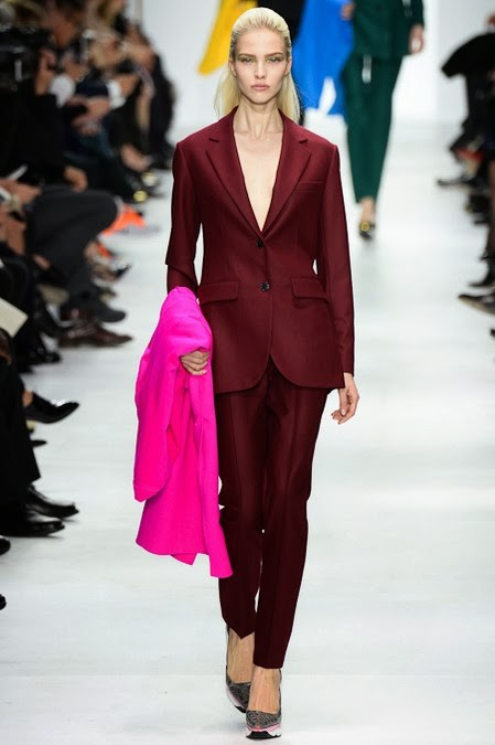 женский брючный бордовый костюм