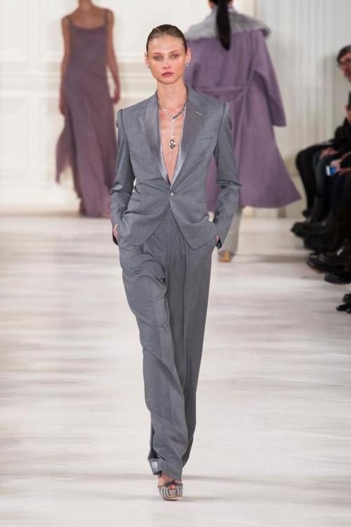 серый элегантный женский брючный костюм