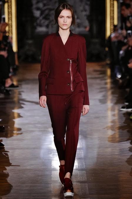 бордовый женский брючный костюм с зауженными брюками
