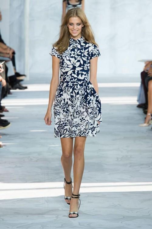 платье в бело-синий принт: Диана фон Фюрстенберг