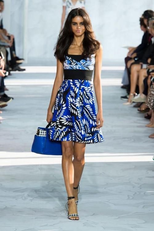 синее в принт платье: Диана фон Фюрстенберг