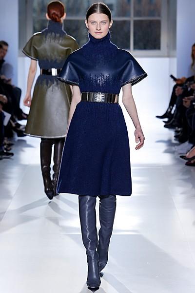 синее кожаное платье-водолазка