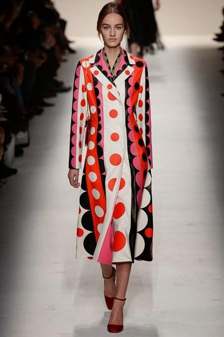 плащ в крупный горох: стиль 60-х в одежде
