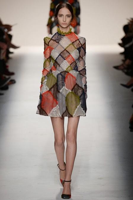 полупрозрачное платье в ромбы: ретро стиль в одежде