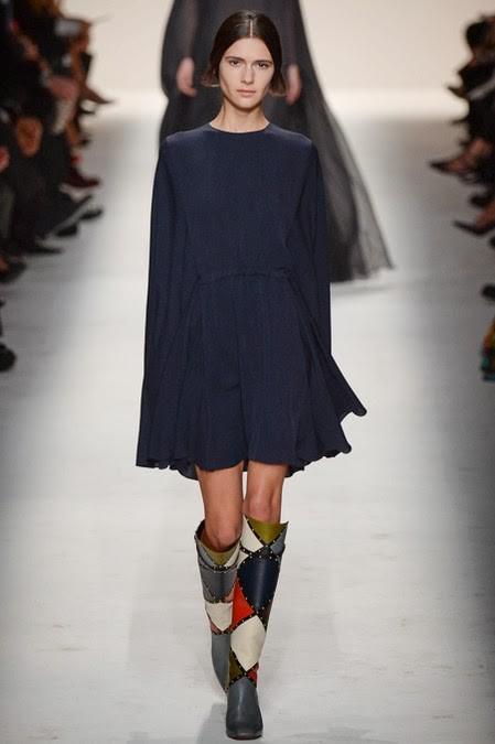 синее расклешенное платье: стиль 60-х в одежде