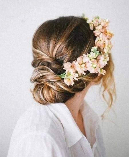 красивая свадебная прическа с цветами