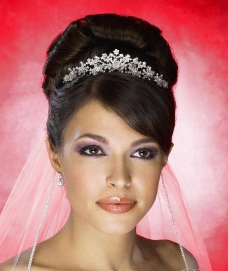 свадебная прическа на длинные волосы пучок с диадемой